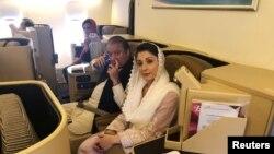 سابق وزیرِ اعظم نواز شریف اور ان کی صاحبزادی مریم نواز ابو ظہبی سے لاہور جانے والی پرواز میں اپنی نشستوں پر بیٹھے ہوئے ہیں۔