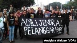Aksi Kamisan ke-500 oleh para aktivis HAM di depan Istana Merdeka Jakarta, Kamis, 27 Juli 2017 (foto: VOA/Andylala Waluyo)