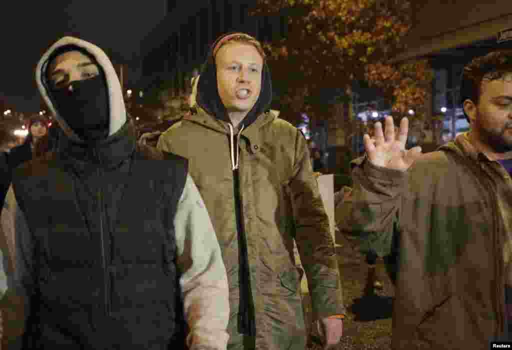 Rapper Macklemore junta-se aos manifestantes nas ruas de Seattle em solidariedade com os manifestantes de Ferguson depois de um Grande Júri ter decidido não acusar o agente da polícia Darren Wilson pela morte de Michael Brown. Seattle, Estado de Washington. Nov 24, 2014.