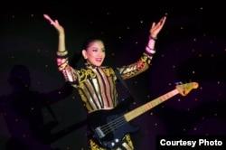 Anindya Putri beraksi di kontes bakat Miss Universe 2015 (foto/dok: Miss Universe Organization)