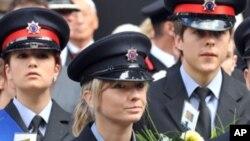 伦敦的消防人员9月11日准备在圣保罗大教堂举行的纪念9/11仪式上献花圈