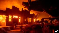 Khu sản xuất rượu vang Soda Rock ở Healdsburg, bang California, chìm trong biển lửa vào ngày 27/9/2019.