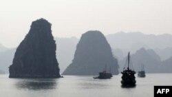 Vịnh Hạ Long là một trong những danh thắng thu hút nhiều du khách Trung Quốc của Việt Nam.