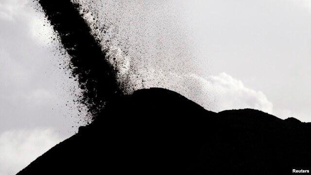 Las primeras denuncias señalan que al mar en Santa Marta pudieron haber caído entre 500 y 1.800 toneladas de carbón por la emergencia de una barcaza.