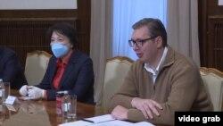 Ambasadorka Kine u Srbiji i predsednik Srbije prilikom potpisivanja ugovora o nabavci nove količine kineskih vakcina