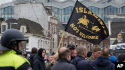 大約200名反伊斯蘭化的支持者在荷蘭首都阿姆斯特丹示威,防暴警察分開支持者和反對者對立雙方。