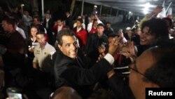 Ông Enrique Pena Nieto chào đón các ủng hộ viên tại Mexico City, ngày 1/7/2012
