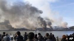 2010년 11월 23일 북한측 포격으로 화염에 싸인 연평도.