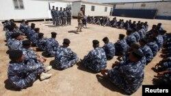 Para relawan yang bergabung dengan pasukan Irak untuk melawan militan Islamis Sunni (ISIL) yang menguasai Irak utara (18/6).
