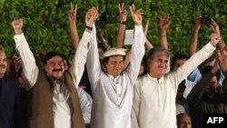 شیخ رشید احمد تحریک انصاف کے چیئرمین عمران خان اور وائس چیئرمین شاہ محمود قریشی کے ہمراہ ایک جلسے میں۔ فائل فوٹو