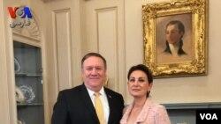 Chèf diplomasi Lèzetazini an, Mike Pompeo, ak Setareh Seig poze pou yon foto aprè entèvyou sou Iran an.