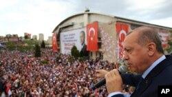 លោកប្រធានាធិបតី Recep Tayyip Erdogan ថ្លែងទៅកាន់សមាជិកនៃគណបក្សកាន់អំណាចគឺគណបក្សយុត្តិធម៌ និងអភិវឌ្ឍ នៅក្នុងក្រុង Denizli ប្រទេសតួកគី កាលពីថ្ងៃទី៧ ខែមេសា ឆ្នាំ២០១៨។