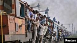 Ấn Ðộ là một trong những nước có mạng lưới đường ray lớn nhất thế giới chuyên chở hơn 20 triệu hành khách mỗi ngày.