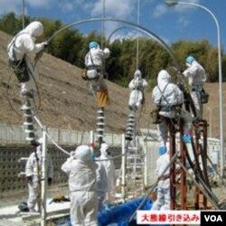 Para pekerja Jepang berusaha memperbaiki jaringan listrik pada PLTN Fukushima, Kamis (24/3).