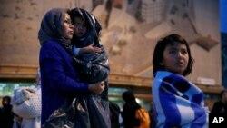 Seorang migran Afghanistan bersama dua anaknya saat tiba di Pulau Lesbos, Yunani (foto: dok).