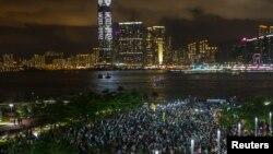 Những người biểu tình đòi dân chủ giơ cao điện thoại di động trong chiến dịch mở màn phong trào bất tuân dân sự Chiếm lĩnh Trung tâm ở Hong Kong, 31/8/14
