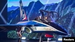 """台湾总统蔡英文2019年9月24日在台中参加空军新式高教机出厂典礼时登上""""勇鹰""""号样机。"""