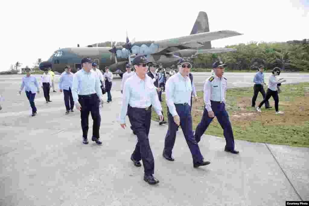 总统马英九先生28日抵达南沙岛太平机场(台湾总统府)