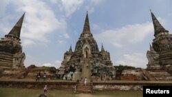 Turis mengunjungi reruntuhan ibukota kuno Thailand, Ayutthaya.
