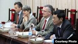 Ông Löning (giữa) cùng bà Đại sứ Đức Jutta Frasch trong cuộc thảo luận với các đại diện của Ủy ban Đối ngoại Quốc hội Việt Nam.