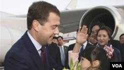 Seorang gadis cilik Tiongkok memberikan rangkaian bunga kepada Presiden Rusia Dmitry Medvedev, sesaat setelah tiba di Bandara Internasional Beijing pada hari Minggu.
