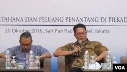 Direktur Saiful Mujani Research and Consulting (SMRC) Sirojudin Abbas (kanan) dan Syamsuddin Haris, peneliti LIPI (Lembaga Ilmu Pengetahuan Indonesia) dalam konferensi pers di Hotel Sari Pan Pasifik, Jakarta hari Kamis 20/10. (Fathiyah Wardah/VOA)