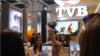 អ្នកនាង Nancy Wu តារាសម្ដែងរបស់ទូរទស្សន៍ហុងកុង TVB ថតរូបជាមួយអ្នកគាំទ្រ នៅក្នុងព្រឹត្តិការណ៍ FILMART ដែលជាទីផ្សារសម្រាប់ភាពយន្តនិងកម្មវិធីទូរទស្សន៍ក្នុងអាស៊ី រៀបចំនៅទីក្រុងហុងកុង កាលពីថ្ងៃទី១៤ ខែមីនា ឆ្នាំ២០១៧។ (នូវ ពៅលក្ខិណា/VOA)