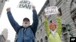皮爾斯父女在位於舊金山的美國聯邦第九巡迴上訴法院外面示威,反對川普的旅行限令(2017年2月7日)