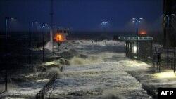 Sóng đập vào bến phà trên bờ Biển Bắc ở Dagebuell, Đức, ngày 5/12/2013.