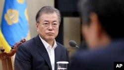 문재인 한국 대통령이 22일 청와대에서 한-일 군사정보보협정 관련 국가안전보장회의 상임위원회 회의 내용을 보고받고 있다.