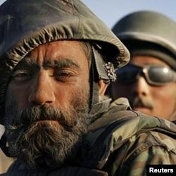 Soldado afegão durante uma patrulha, numa região onde os talibãs têm uma intensa actividade.