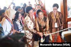 Menteri BUMN usai berbicara pada sidang ICW meresmikan pameran berbagai produk karya UKM yang sebagian besar dimiliki perempuan, berlangsung di hotel Inna Garuda, Yogyakarta, Kamis, 13 September 2018. (Foto: Munarsih Sahana/VOA)