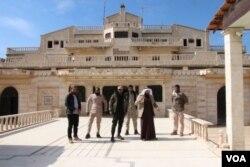 Sjedište važnog plemenskog vođe šeika Humajdija Dahama al-Hadija, koji raspolaže s 6.500 boraca i na strani je Sirijskih demokratskih snaga (SDF) koje podržava međunarodna koalicija protiv IDIL-a. Tel Alo, Sirija, 2. mart,. 2019. (H. Murdock/VOA)
