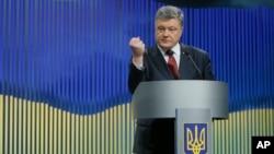 Ukrainian President Petro Poroshenko gestures while speaking during a news conference in Kyiv, Ukraine, Jan. 14, 2016.