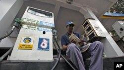 印度孟买一加油站工人数钱