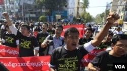 緬甸幾十名新聞工作者上街抗議.