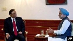 Hindiston Bosh vaziri Manmohan Singx (o'ngda) Pokiston prezidenti Osif Ali Zardariyni qabul qilmoqda. Dehli, 8-aprel, 2012-yil.