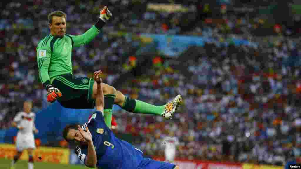 Dan wasan Argentina Gonzalo Higuain da dan wasan Jamaus Manuel Neuer, 13 Yuli, 2014.