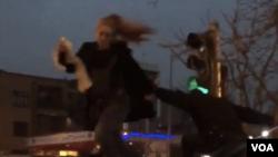 تصویری از لحظه حمله مامور پلیس و به زمین انداختن مریم شریعتمداری.