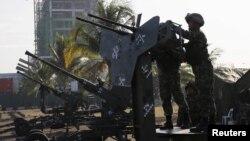 Binh sĩ Thủy quân Lục chiến Philippines cạnh vũ khí chống máy bay được gắn gần địa điểm tổ chức Hội nghị APEC ở Manila, ngày 14/11/2015.