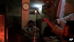 Pakistanski zlatar Muhamad Džaved izradjuje zlatni nakid u Karačiju.