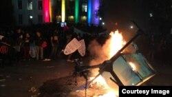 Đốt phá và bạo động phản đối Tổng thống Trump đã xảy ra tại Đại học Berkeley tối hôm 1/2/2017. (Ảnh: Bùi Văn Phú)