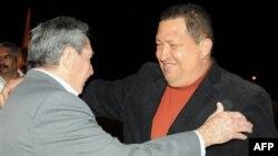 Hugo Chavez'i Havana havaalanında Küba Devlet Başkanı Raul Castro karşıladı