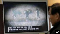 Một người Hàn Quốc xem bản tin về các tù nhân ở Bắc Hàn.