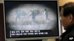 Một người Nam Triều Tiên xem vô tuyến chiếu cảnh tù nhân Bắc Triều Tiên.