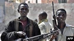 Binh sĩ chính phủ Somalia canh gác trên đường phố ở thủ đô Mogadishu