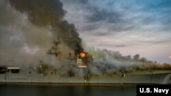 Api masi berkobar hingga petang di kapal induk USS Bonhomme Richard (LHD 6) di Pangkalan AL AS San Diego, California, 12 Juli 2020.