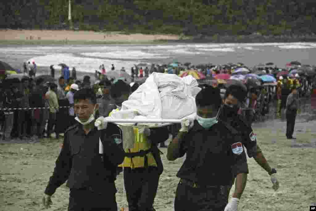تشییع اجساد قربانیان سقوط هواپیمای در میانمار. در این حادثه ۱۲۲ نفر از جمله ۱۵ کودک جان خود را از دست دادند.