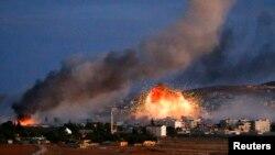 Khói lửa bùng lên sau cuộc không kích trong thị trấn Kobani của Syria, 20/10/14