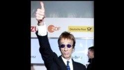 2012-04-23 美國之音視頻新聞: Bee Gees主唱吉布從昏迷中甦醒